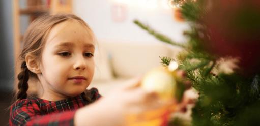 Zdejmowanie ozdób zchoinki aniezadowolenie dziecka – jak przekonać malucha, żejest tokonieczna czynność?